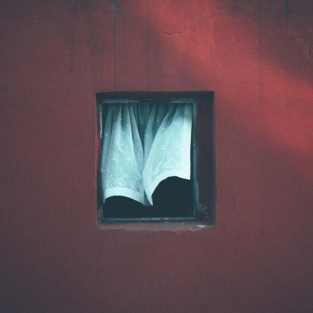 Una finestra lunga 12 anni: il progetto fotografico di Alper Yesiltas